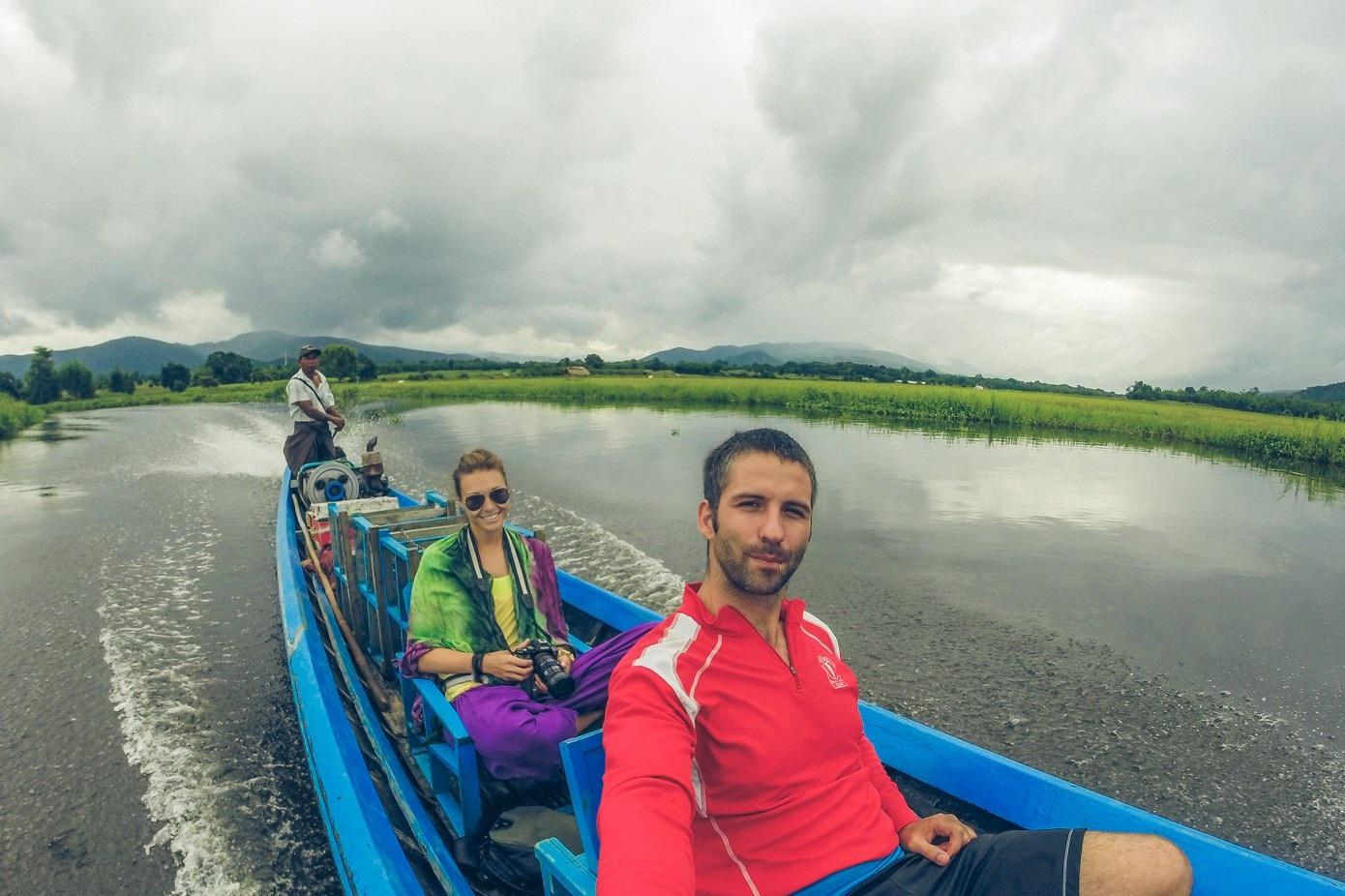 Ngồi thuyền trên hồ Inle
