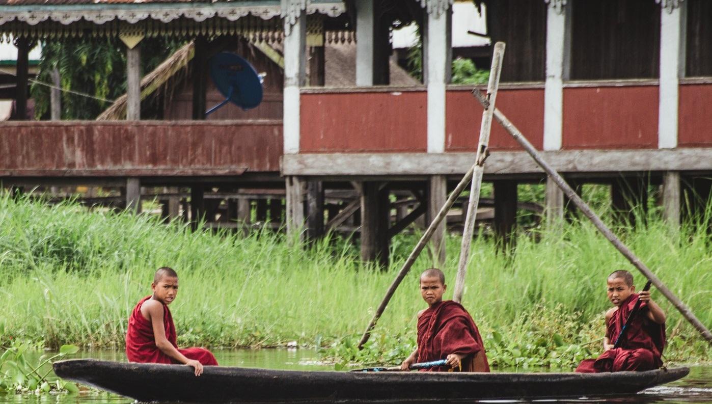 Các tu sĩ trẻ chèo thuyền trên Hồ Inle