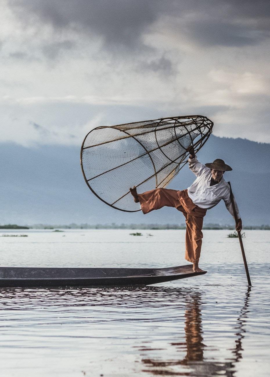 Người dân chèo thuyền trên hồ Inle