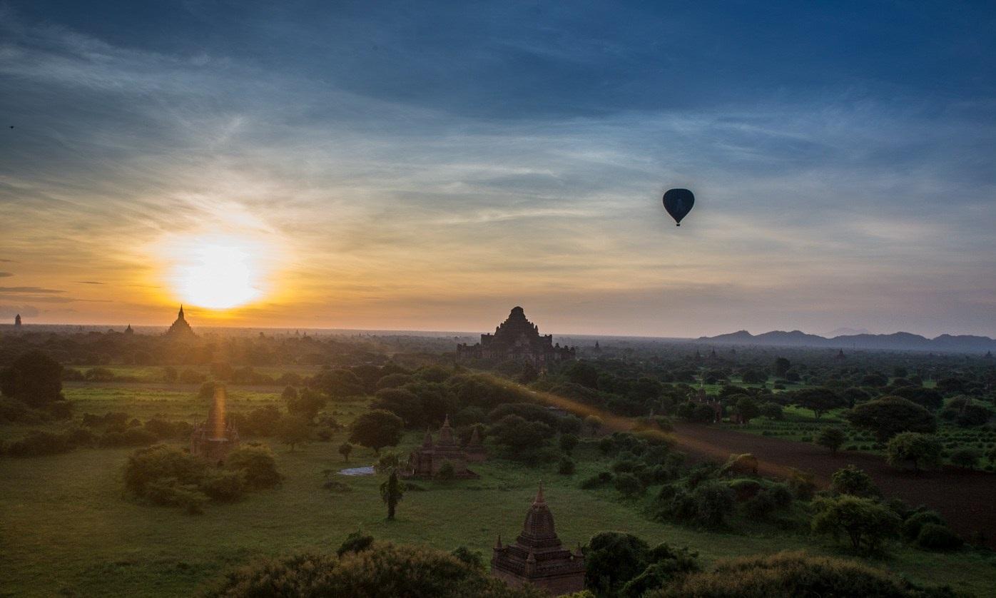 Khinh khí cầu lúc mặt trời mọc ở Bagan